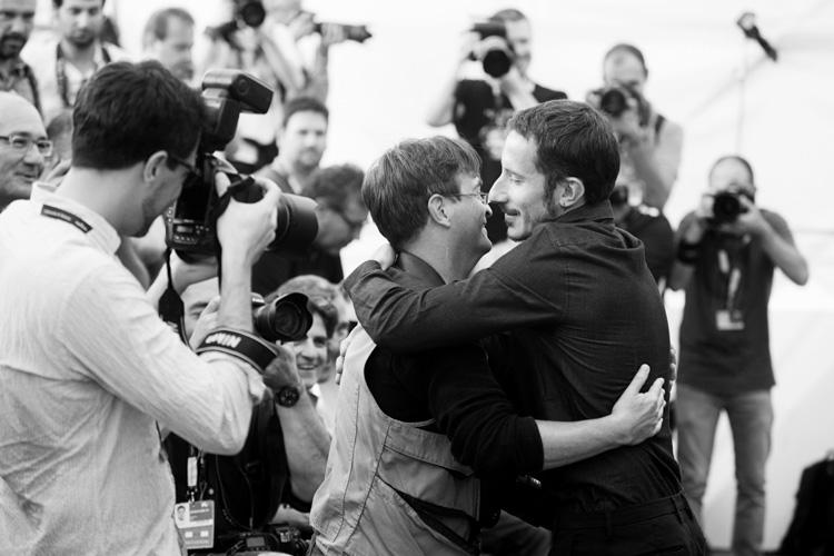 michele alhaique abbraccia un fotografo durante un photocall - 30 agosto 2014